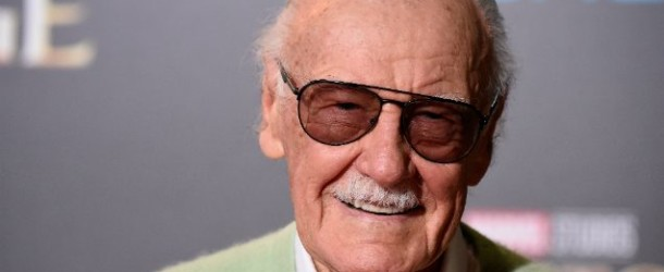 Stan Lee rassciura i fan con un video
